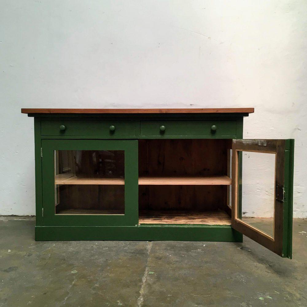 Groene winkelkast met glas met open deur