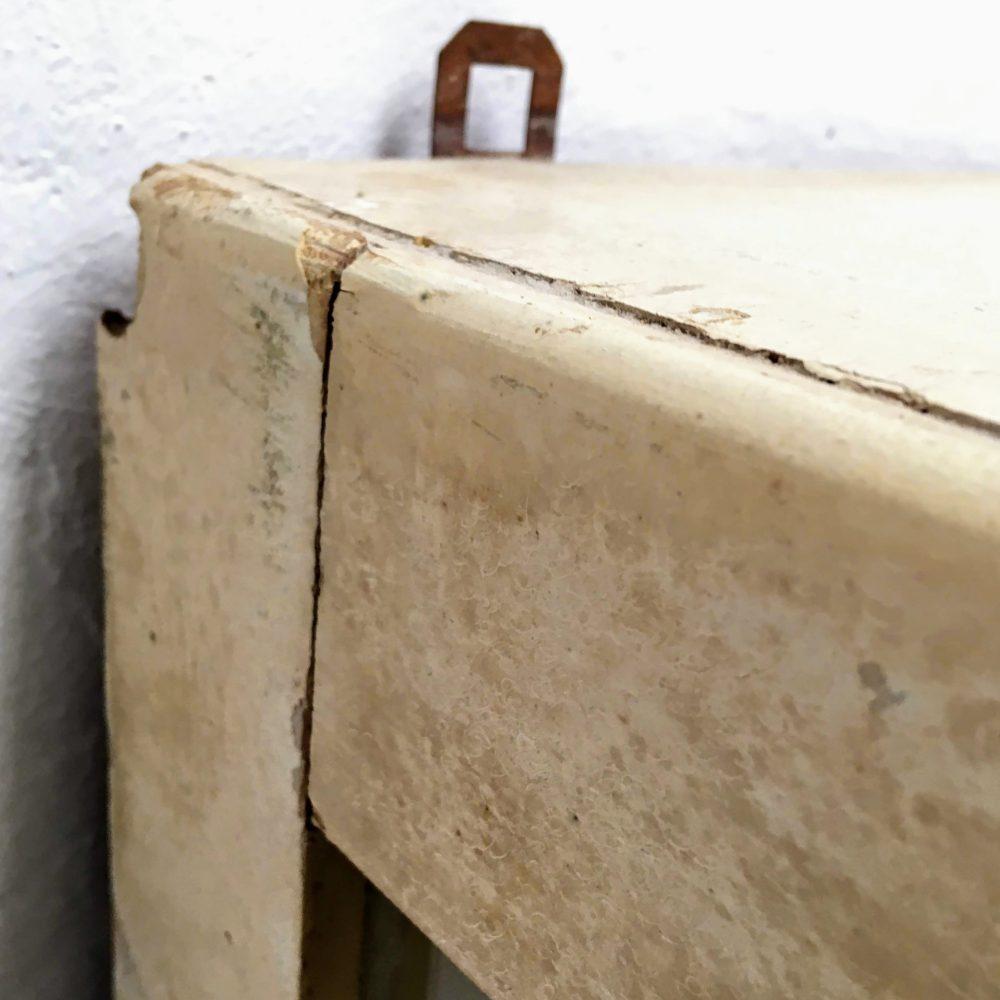 Wit houten hangkast