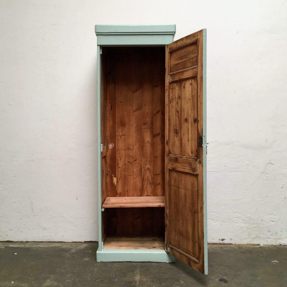 Blauwe houten 1-deurs kast met open deur.
