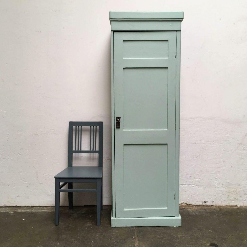 Blauwe houten 1-deurs kast.