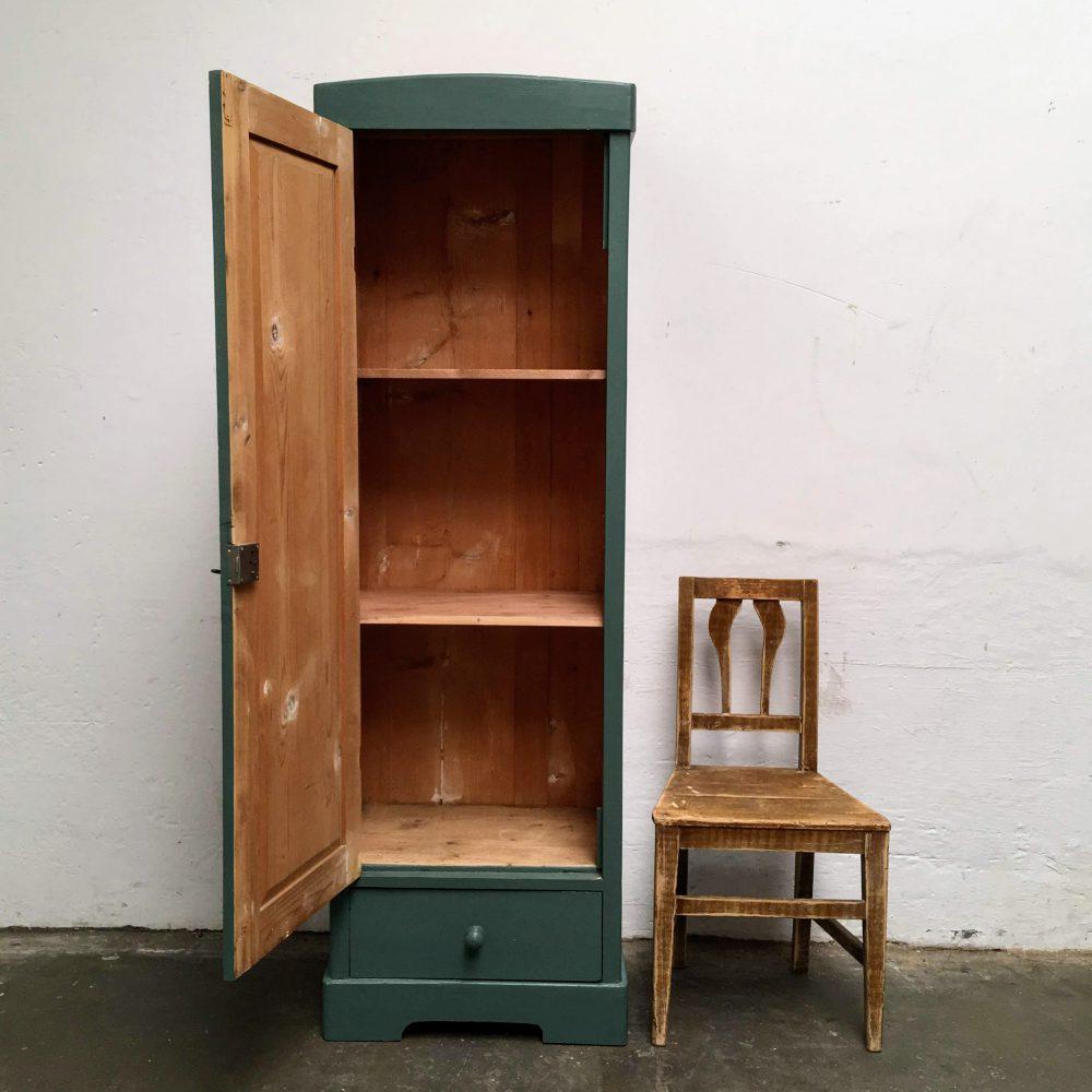 Donkergroen-blauwe houten 1-deurs kast. met open deur.