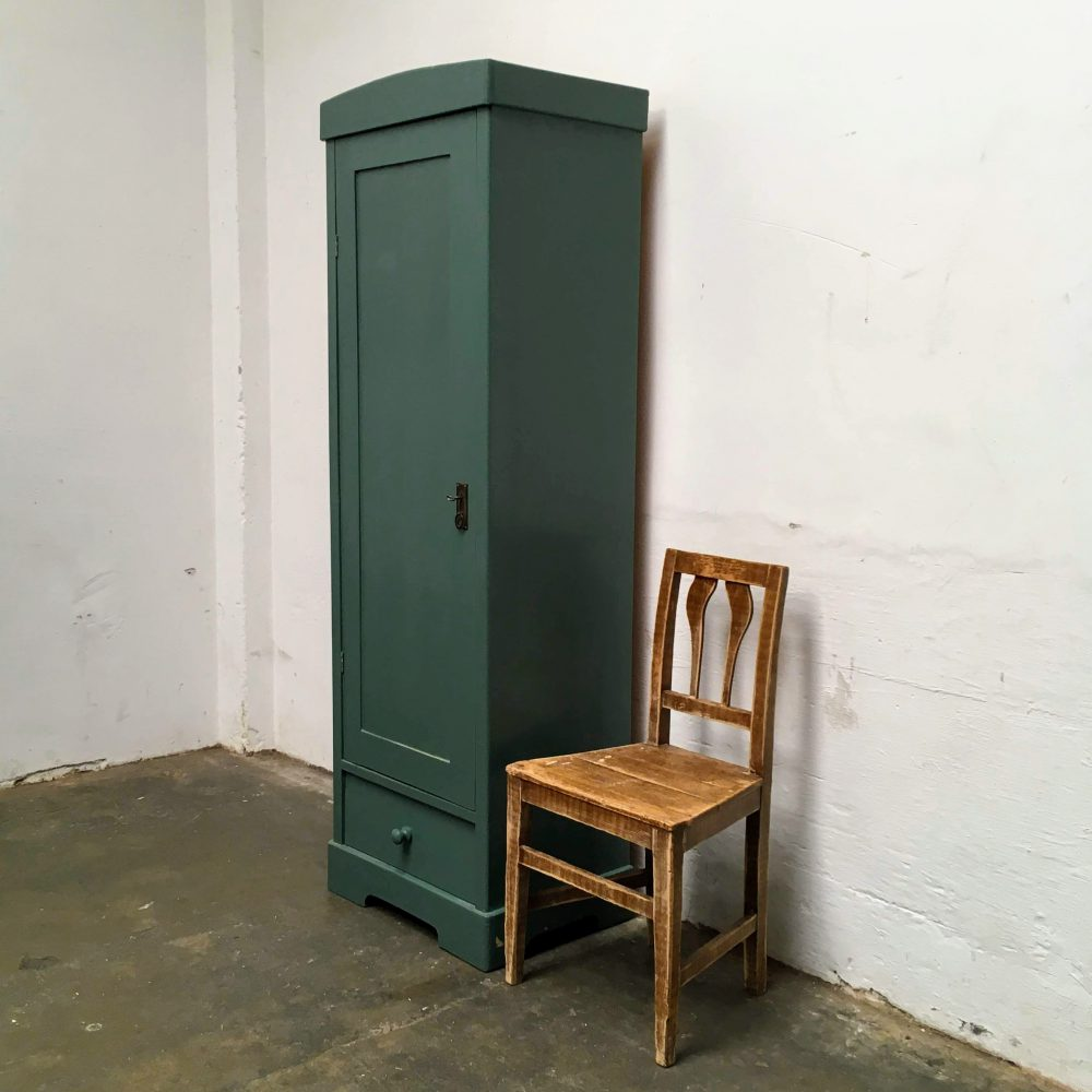 Donkergroen-blauwe houten 1-deurs kast.