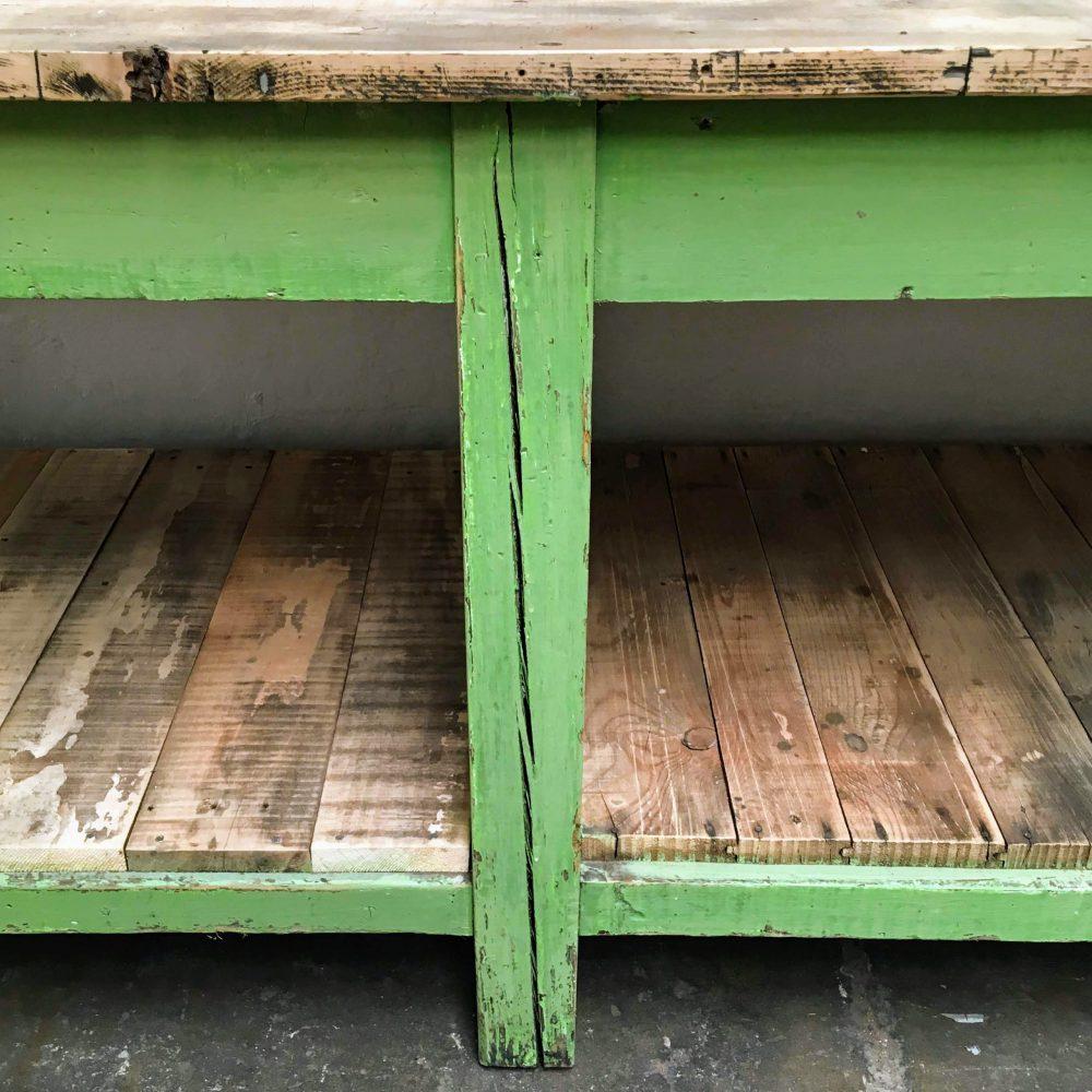 Poot van knal groene industriële werktafel