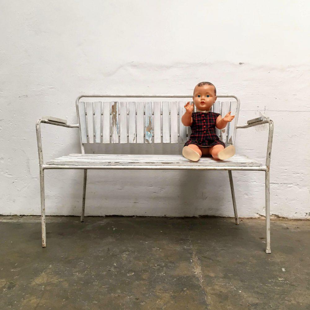 Metalen kinderbank met houten latjes