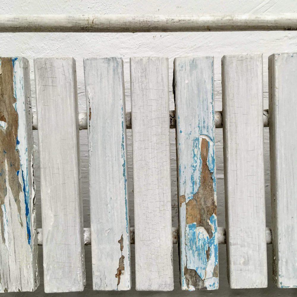 Metalen kinderbank met houten latjes detail