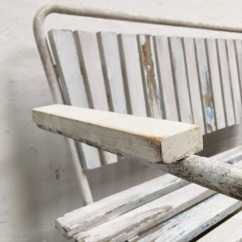 Metalen kinderbank met houten latjes leuning