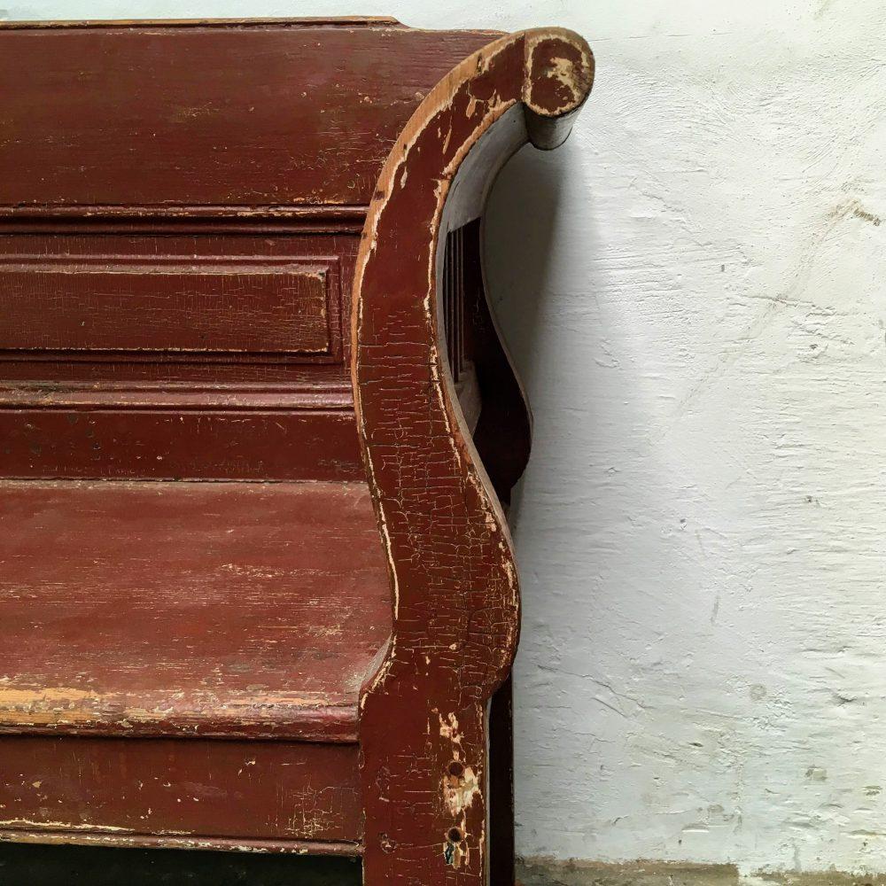 Rood-bruine houten bank zijkant