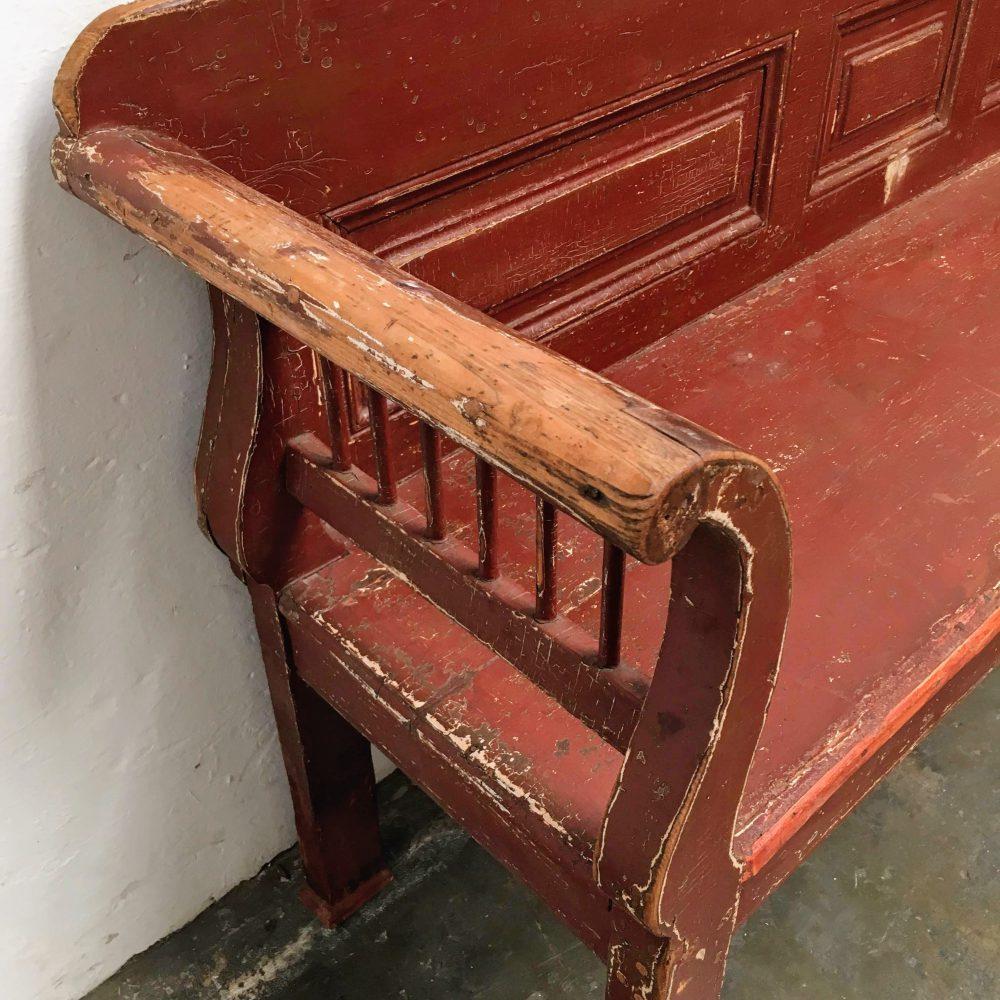 Rood-bruine houten bank leuning