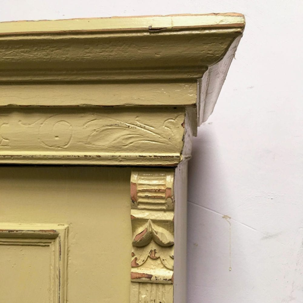 Brocante groen-gele 2-deurs kast detail