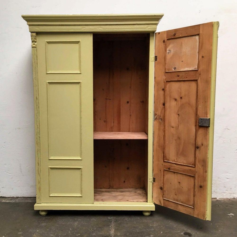 Brocante groen-gele 2-deurs kast open deur