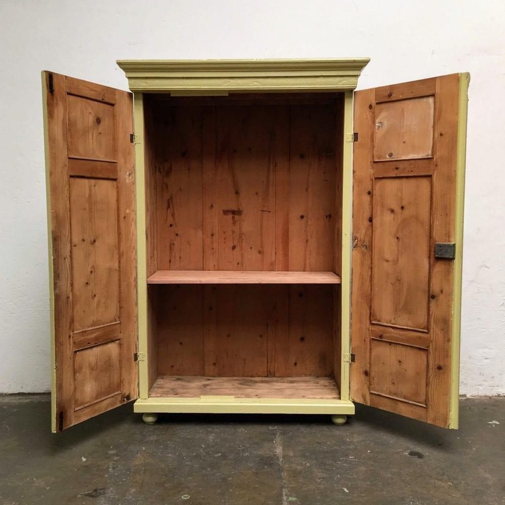 Brocante groen-gele 2-deurs kast open deuren