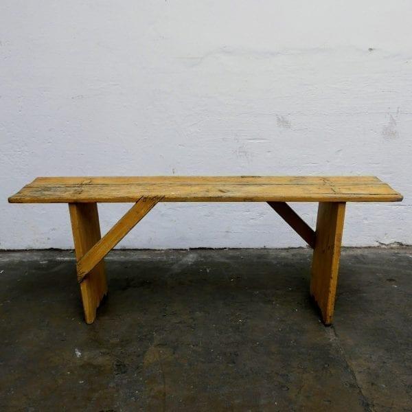 Gele smalle houten bank
