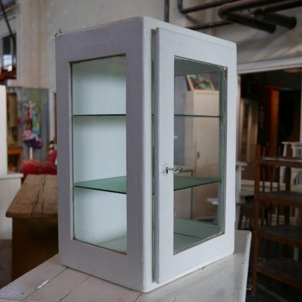 Glazen vitrinekastje hangkastje