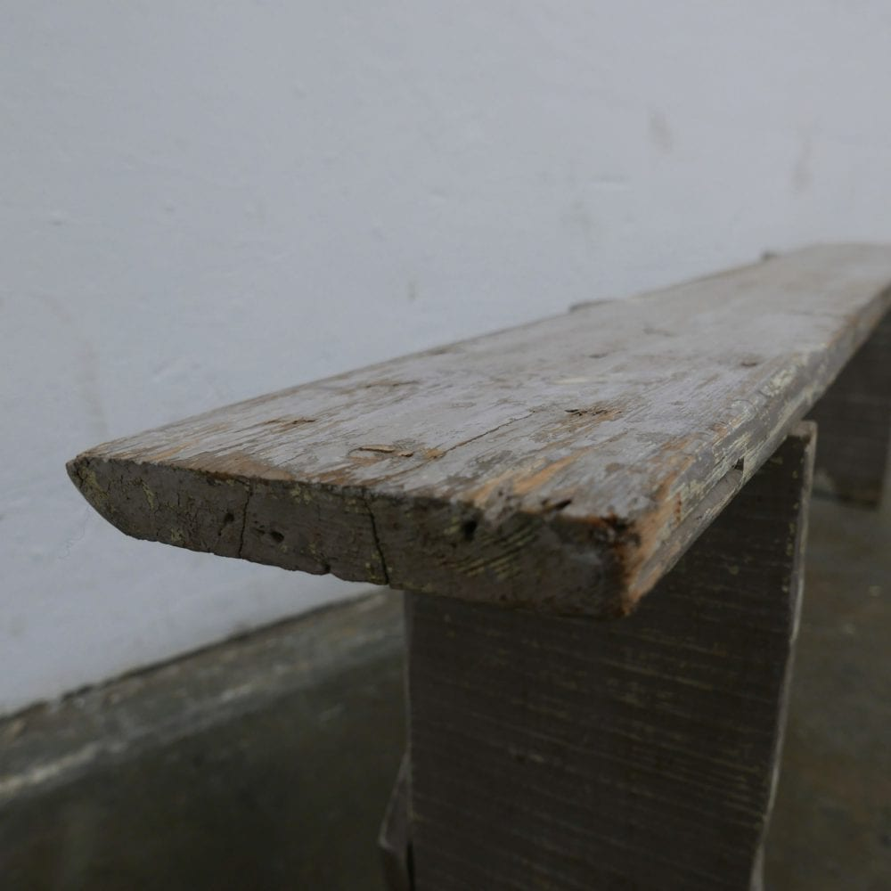 Grijze smalle houten bank