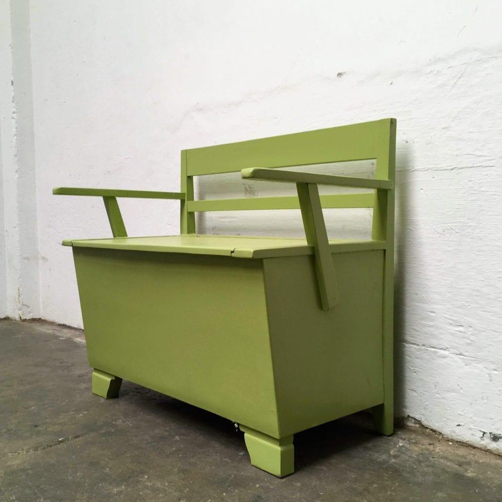 Groen houten klepbankje zijkant