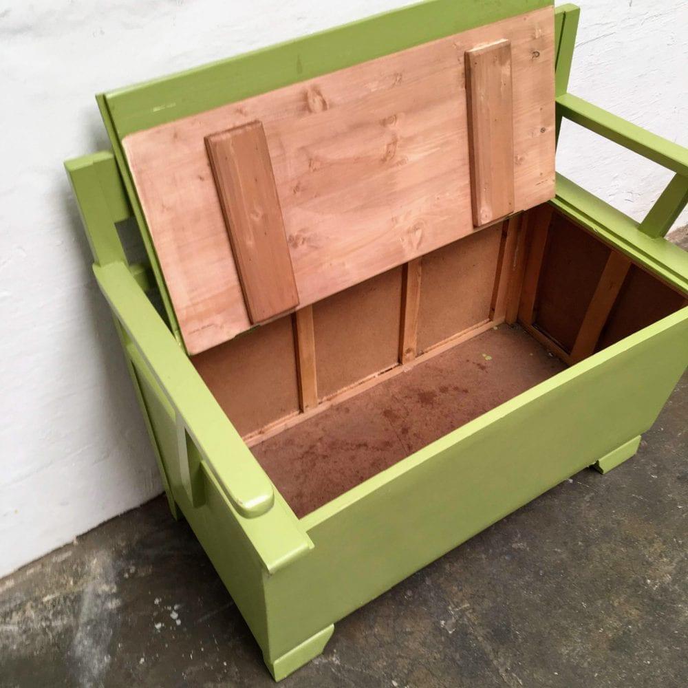 Groen houten klepbankje detail bergruimte