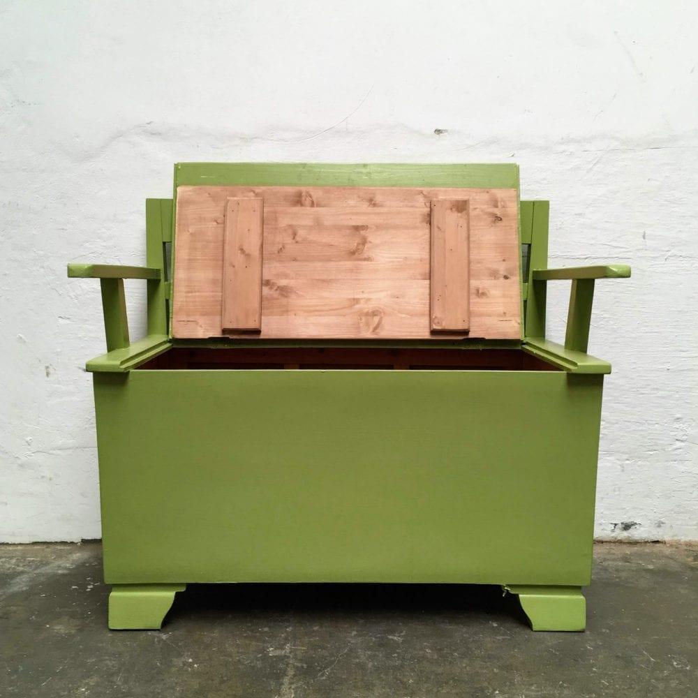 Groen houten klepbankje klep open