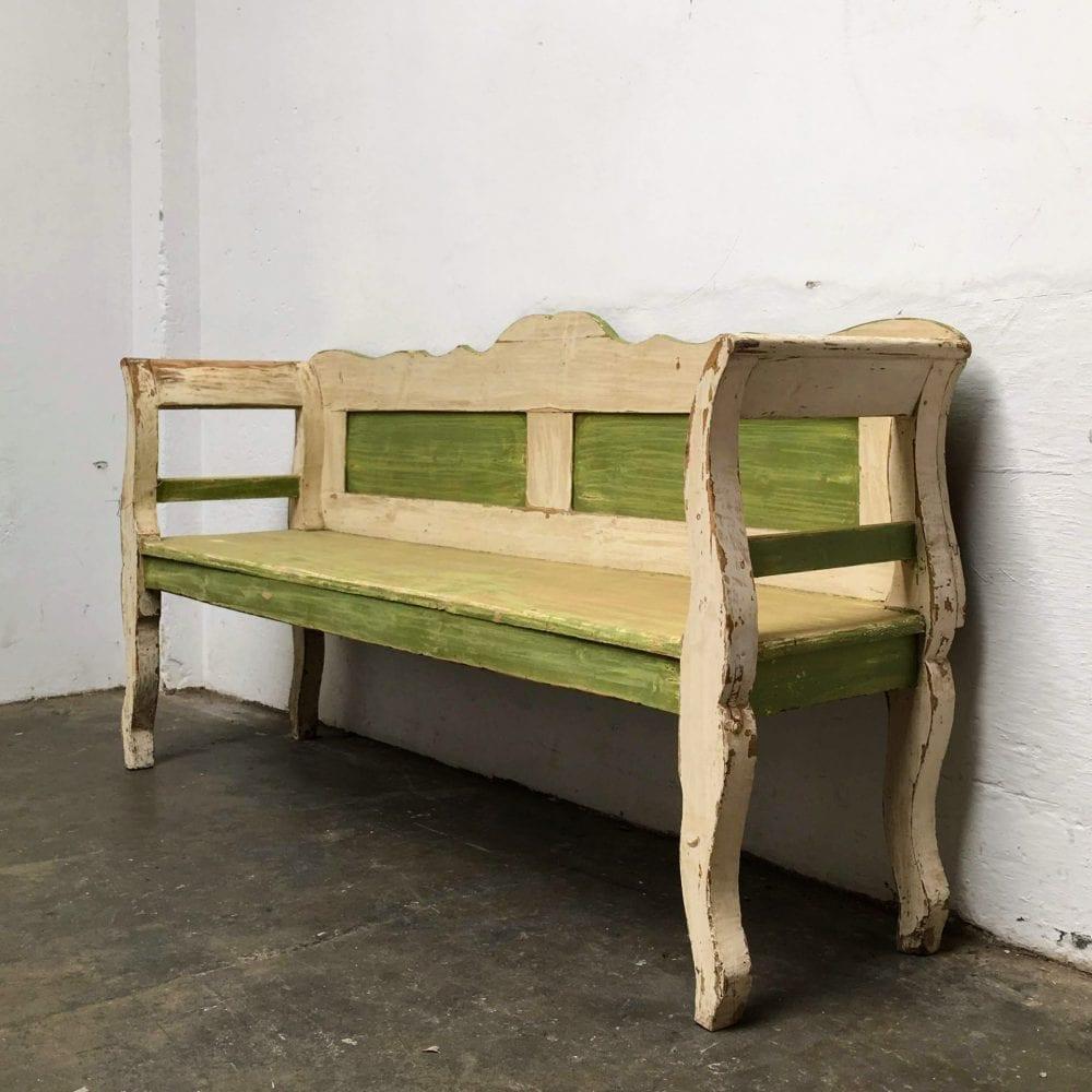 Groen-witte houten bank zijkant