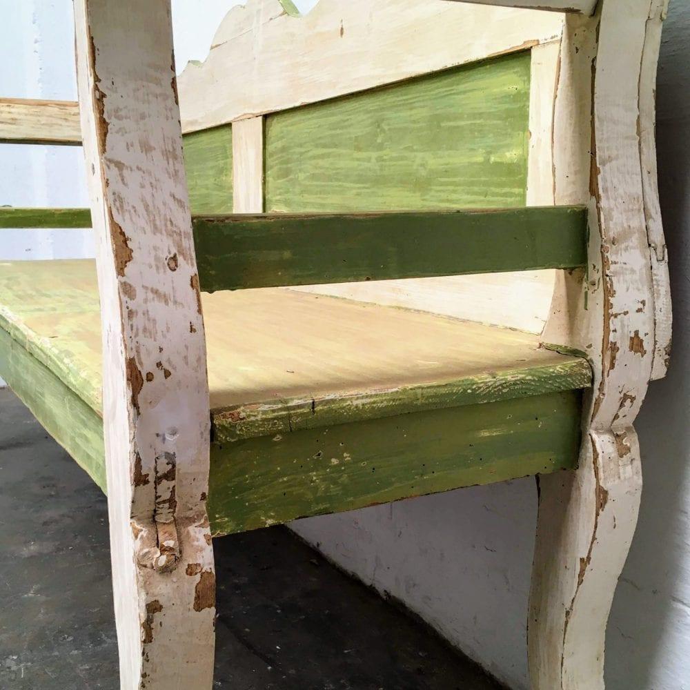 Groen-witte houten bank detail poot