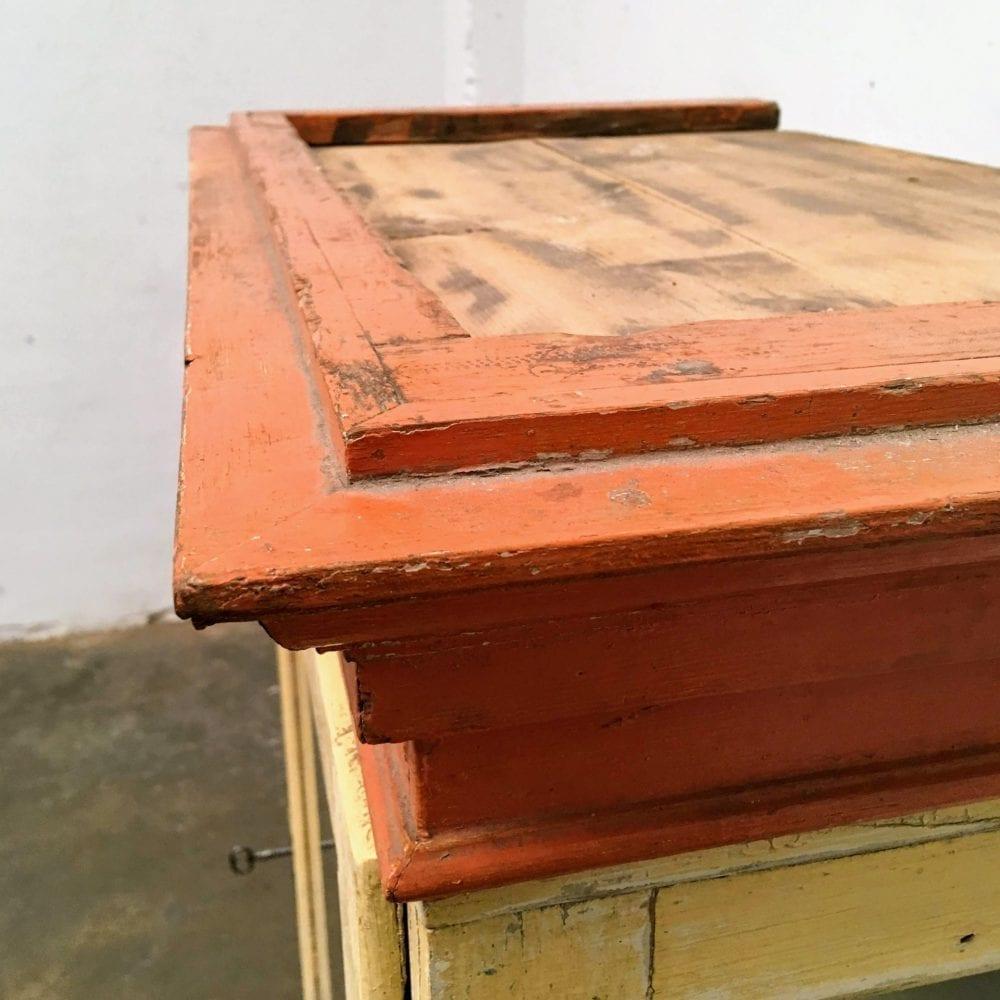 Oranje vitrinekast