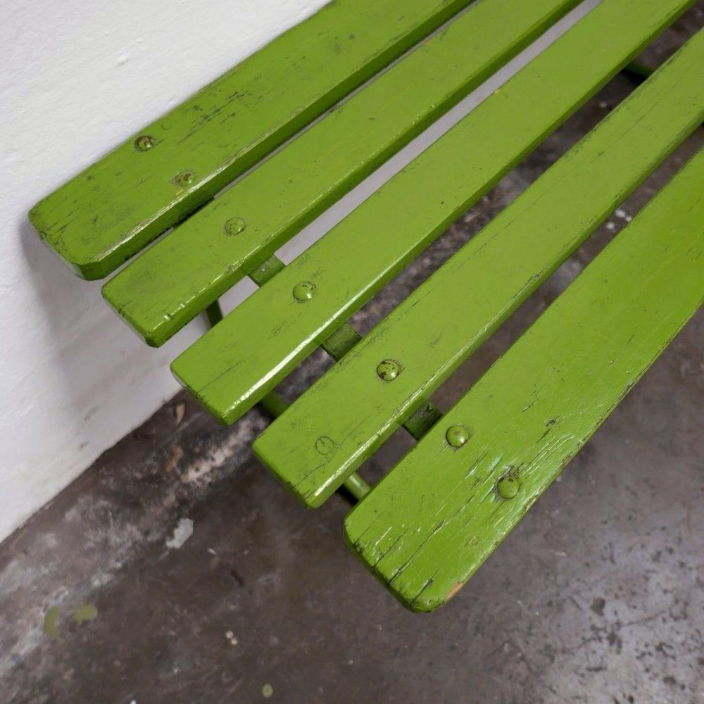 Groene houten tuinbanken