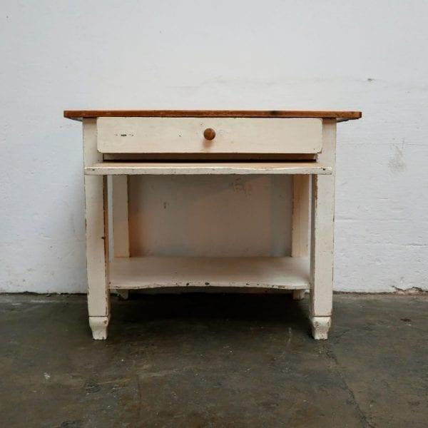Witte houten tafel met broodplank