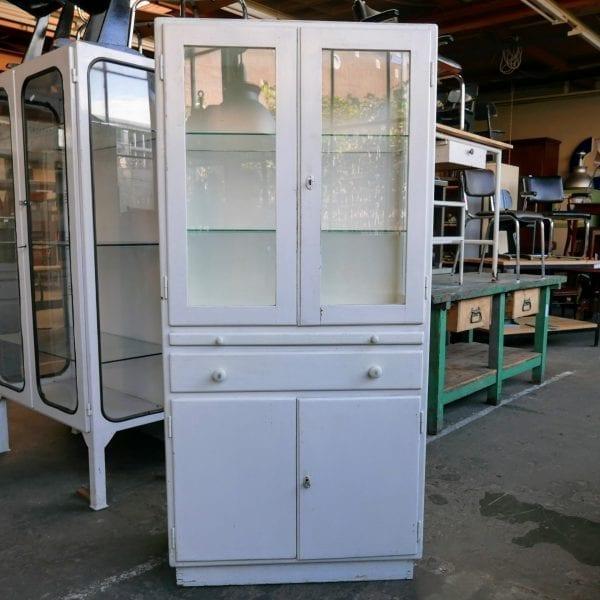 Witte houten apothekerskast