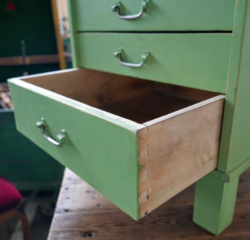 Houten groen ladekastje