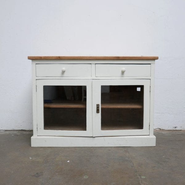 Witte houten vitrinekast toog
