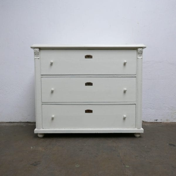 Witte houten commode of onderkast