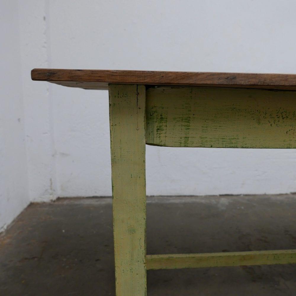 Houten geelgroene tafel