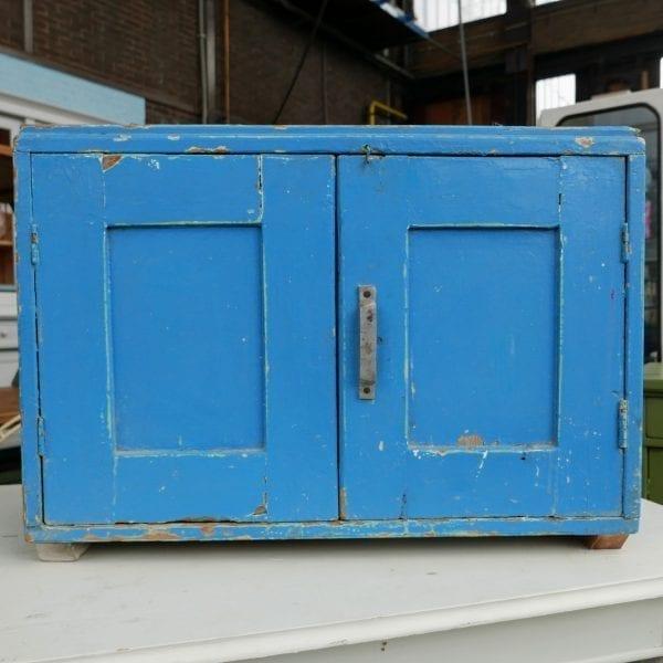 Blauw houten kastje
