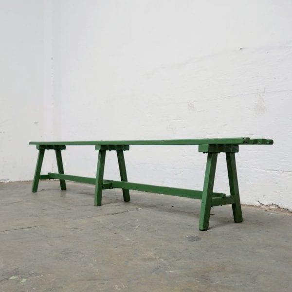 Groene houten banken