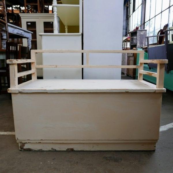 Witte houten kistbank
