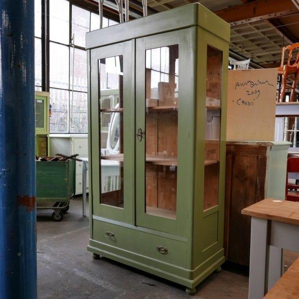 Groene houten vitrinekast