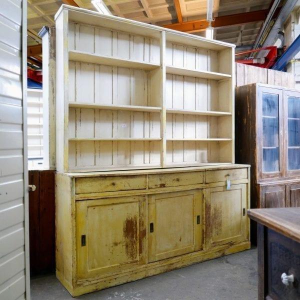 Gele houten winkelkast