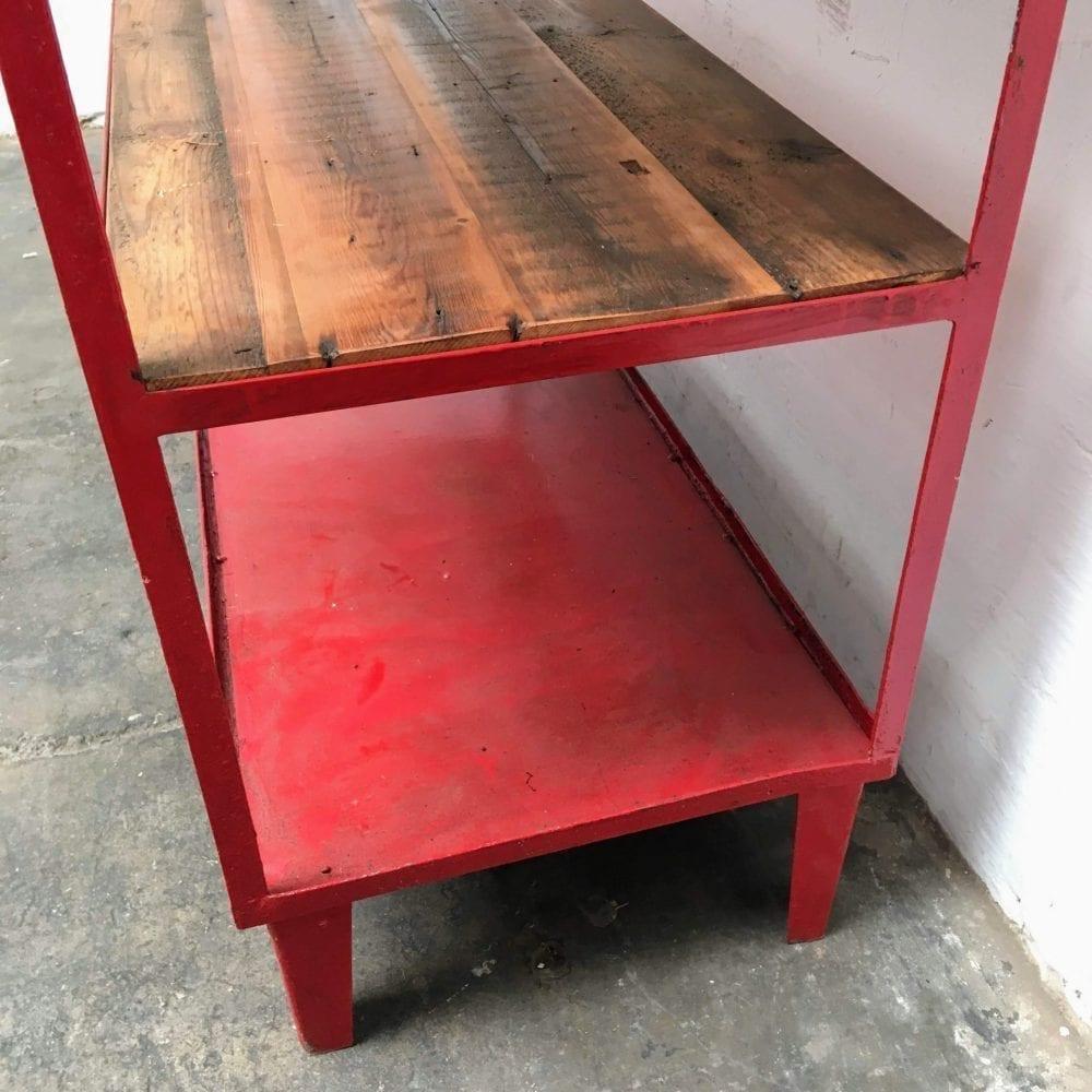Rode metalen stellingskast