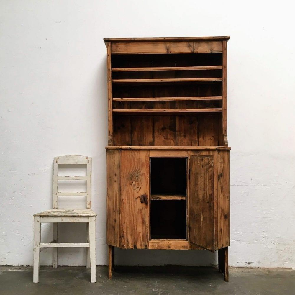 Roemeense houten kast open deur