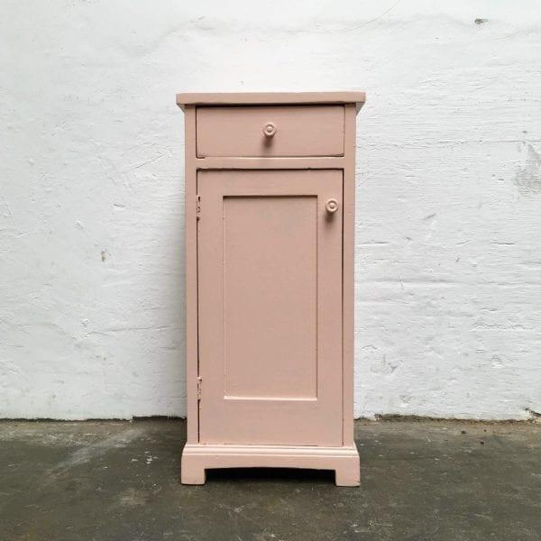 Roze houten nachtkastje