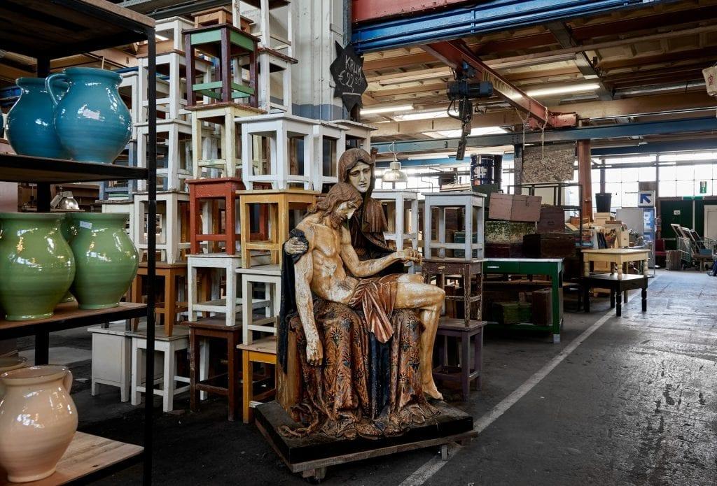 Gangpad met beeld van Maria en houten krukjes bij Van Dijk en Ko aan de papverweg in Amsterdam Noord.