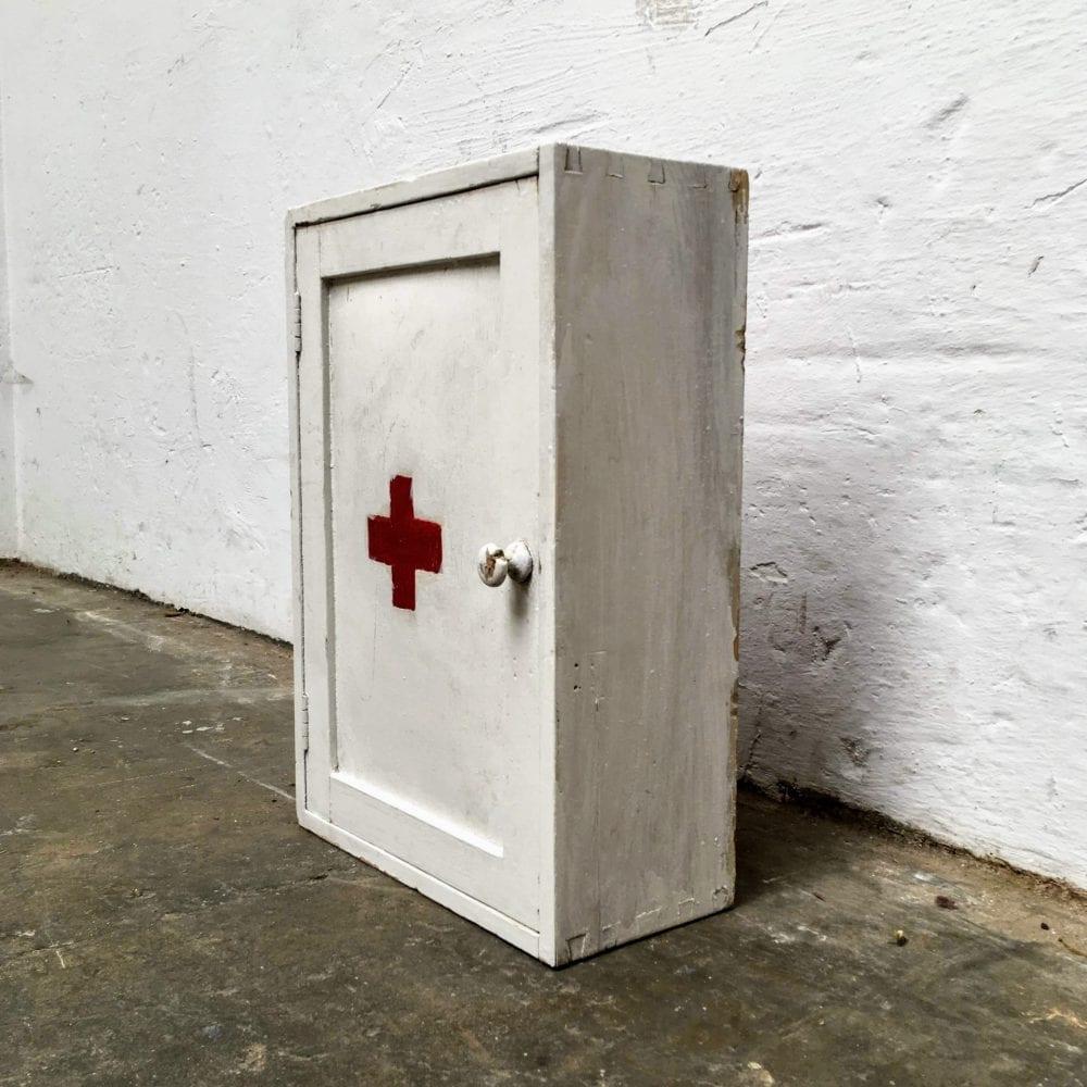 Wit houten medicijnkastje zijkant