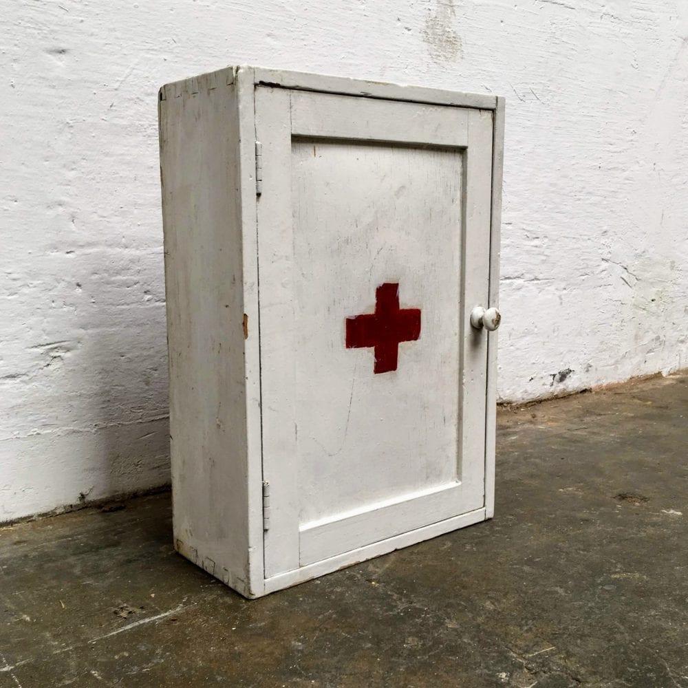 Wit houten medicijnkastje