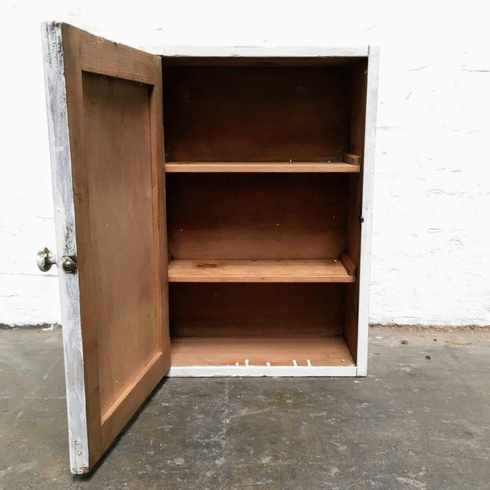 Wit houten medicijnkastje open