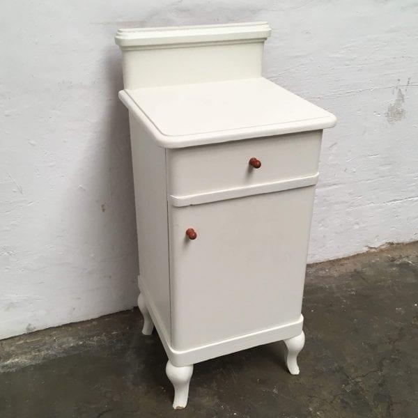 Wit houten nachtkastje