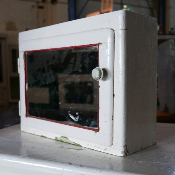 Wit met rood hangkastje met spiegel