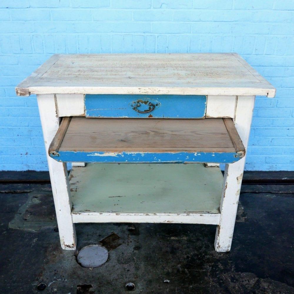 Witte houten tafel met blauwe lade en broodplank