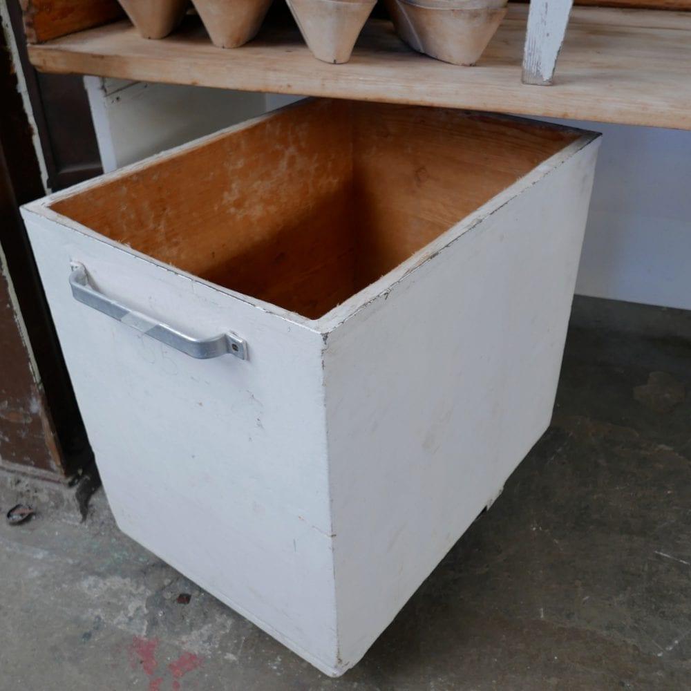 Witte houten bakkerstafel met broodbak