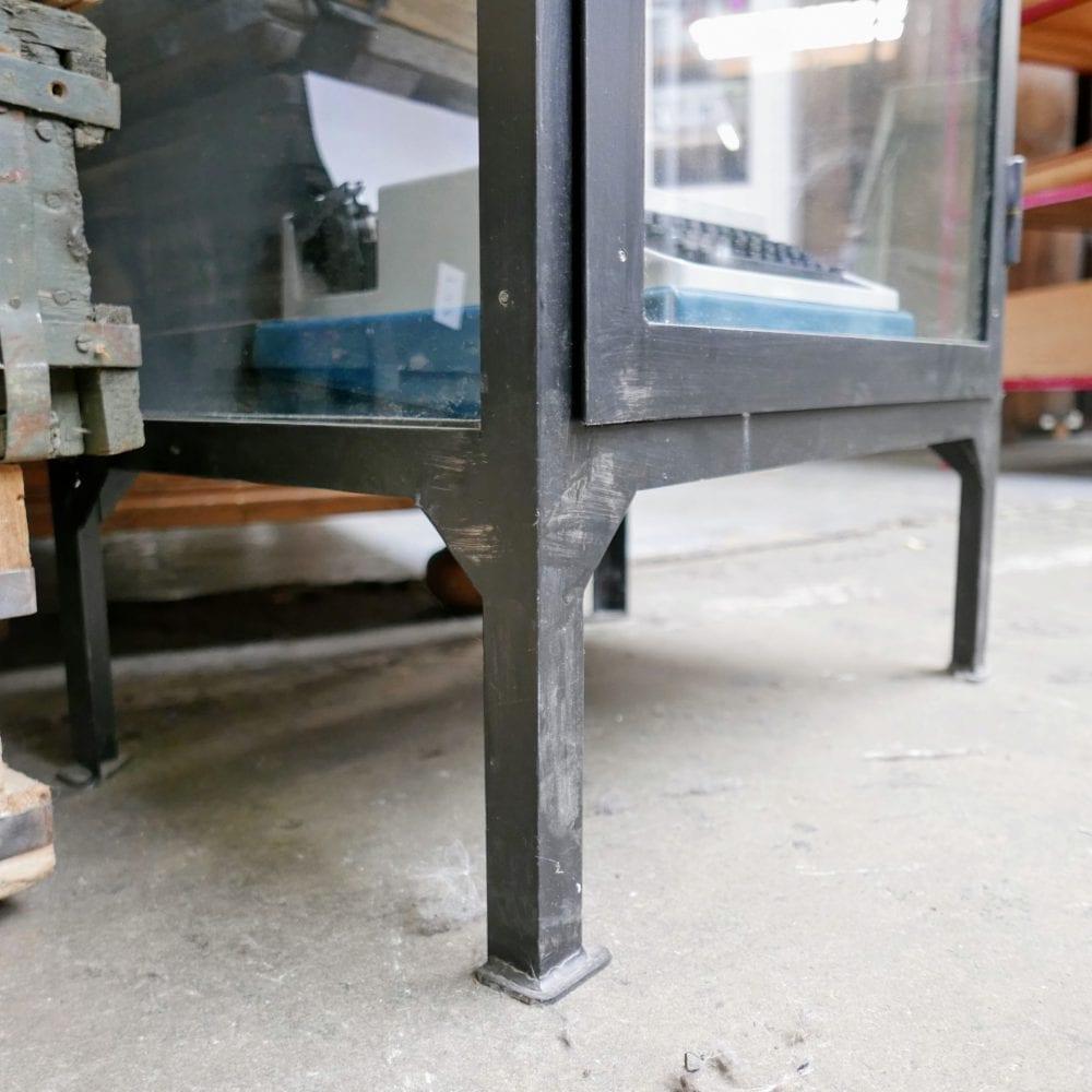Zwarte metalen vitrinekast