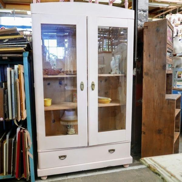 Lichtroze houten vitrinekast