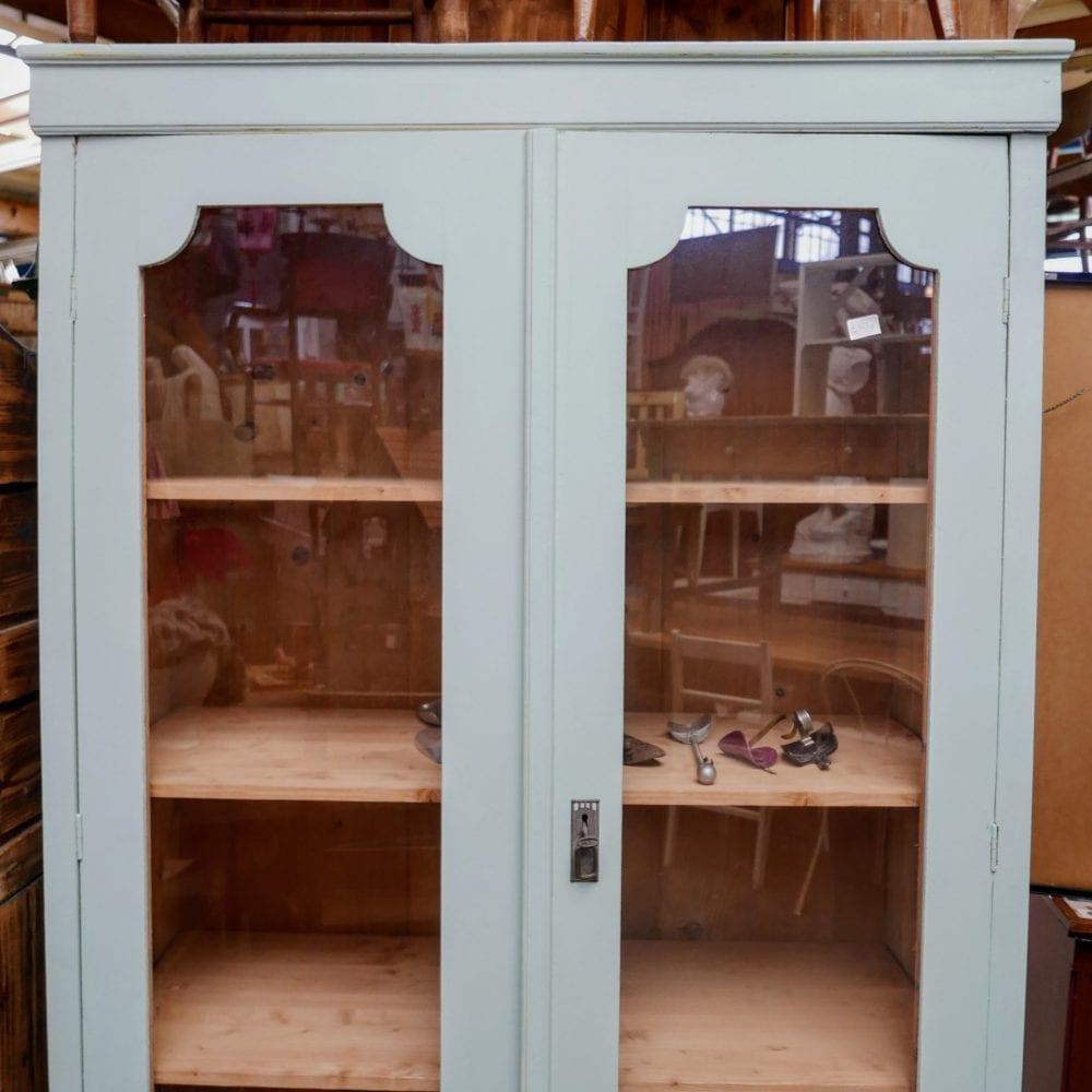 Lichtblauwe houten vitrinekast